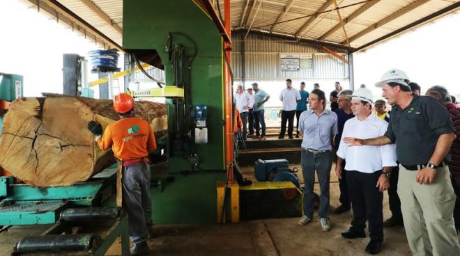 Governador Tião Viana com Rui Ribeiro, da Agrocortex, na inauguração de serrarias (Foto: Sérgio Vale/Secom)