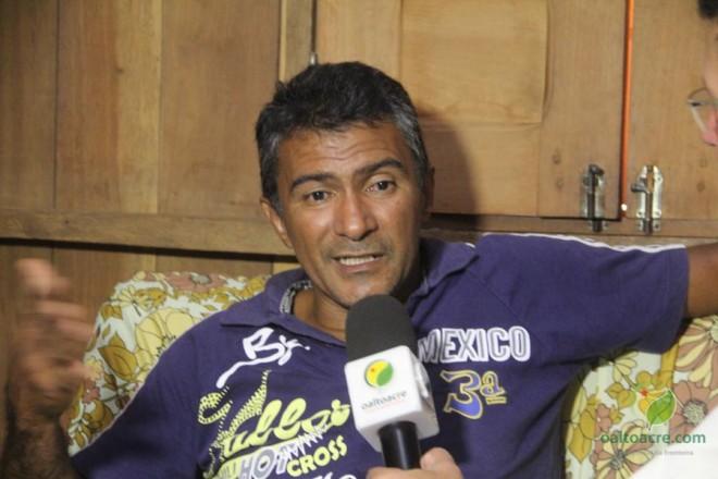 Raimundo está a espera do remédio que poderá retardar que a doença que poderá paralisar seu corpo - Foto: Alexandre Lima