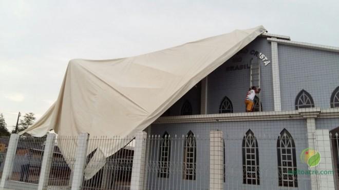 Tenda em frente a uma igreja em Brasiléia quase foi levada pelo vento.