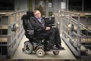 O físico vivo, Stephen Hawking, descobriu que tem a doença debilitante aos 21, foi diagnosticado com Esclerose lateral amiotrófica (ELA).