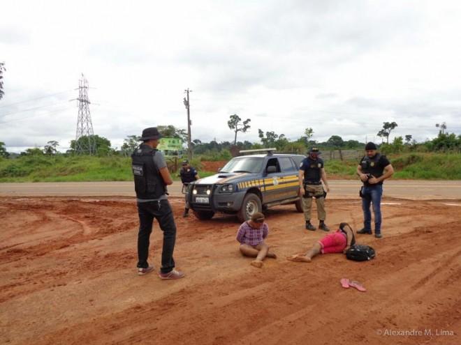 Chegada dos Patrulheiros Rodoviários Federais para dar suporte na prisão do casal.