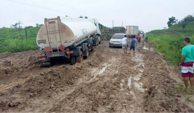 Tucano diz que as pessoas que precisam da estrada continuam enfrentando muito sofrimento com os grandes atoleiros