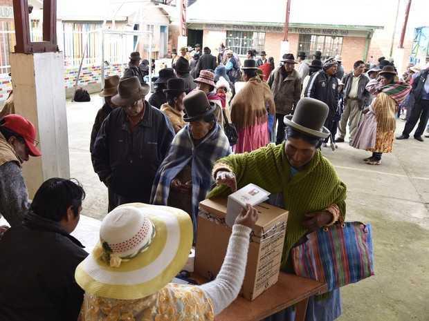 Povo boliviano faz fila para votar em referendo que irá decidir de atual presidente, Evo Morales, poderá se candidatar ao quarto mandato (Foto: Aizar Raldes / AFP )
