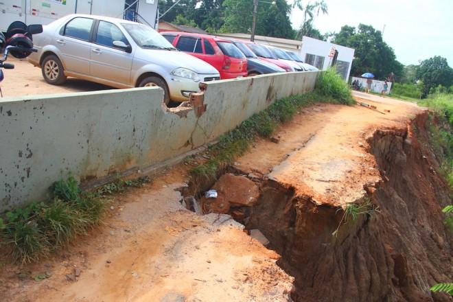Desmoronamento preocupa os proprietários de veículos que trabalham no hospital - Foto: Alexandre Lima