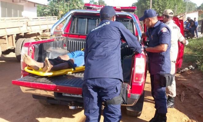 Alisson foi socorrido pelo Bombeiros e levado na carroceria da pick-up.