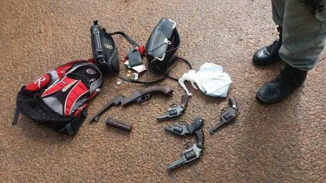 Com os assaltantes foram encontrados celulares roubados, grande quantia em dinheiro, revólveres calibre 38 e uma espingarda/Foto: cedida