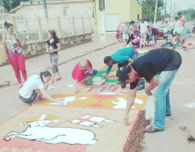 Fieis fora para participar na construção do tapete ornamental para receber a procissão de Corpus Christi - Foto: cedida
