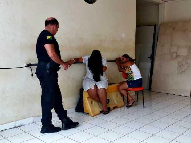 Suspeitas foram presas logo após o crime em Rio Branco (Foto: Iryá Rodrigues/G1)