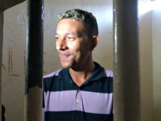 Suspeito mantém o riso no rosto enquanto conta como matou o casal (Foto: Iryá Rodrigues/G1)