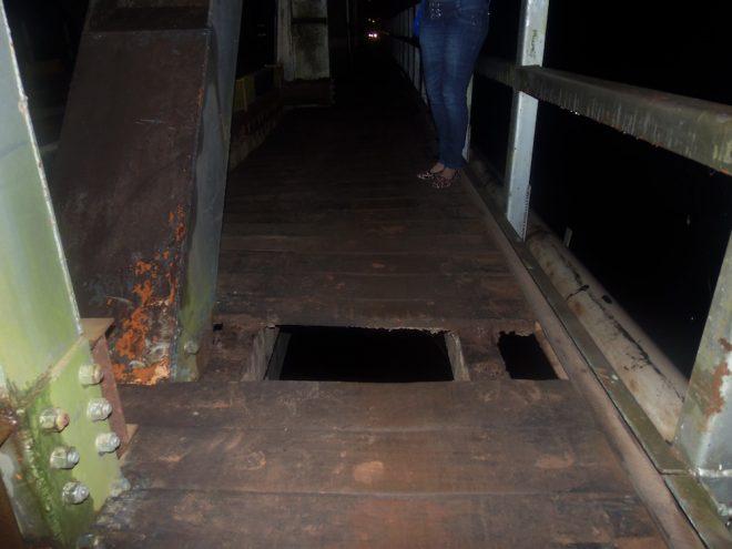 O buraco na passarela por onde a jovem caiu - Foto: Arquivo