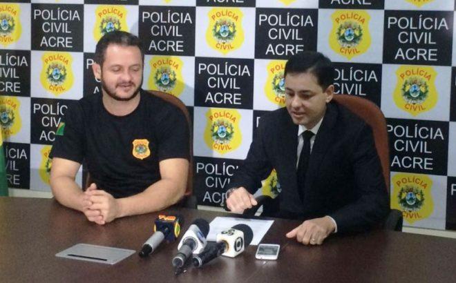Delegado Roberth Alencar ao lado do secretário de Policia Civil, Carlos Flavio, durante coletiva de imprensa