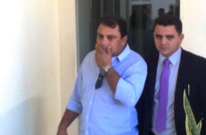 Acompanhado de um advogado, Rostênio Ferreira é conduzido a Delegacia