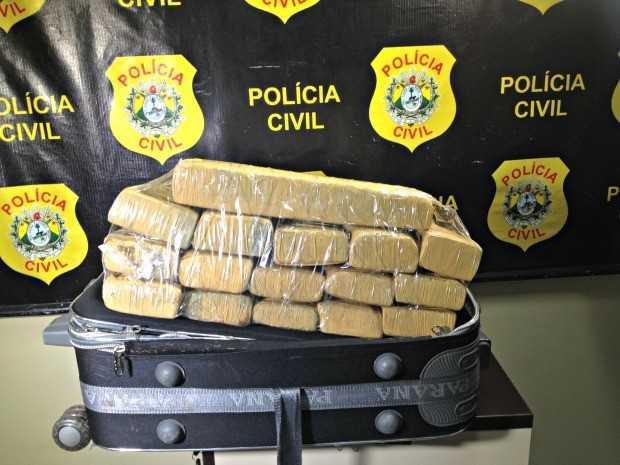 Polícia apreendeu quase 30 kg de maconha escondidos em mala (Foto: Iryá Rodrigues/G1)