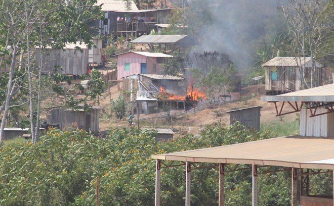 Casa foi consumida pelas chamas antes da chegada da equipe dos bombeiros - Foto: Alexandre Lima
