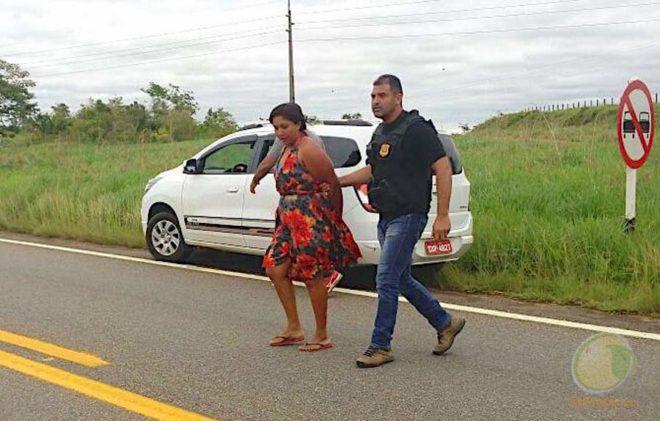 Suspeita foi conduzida à delegacia para ser revistada.