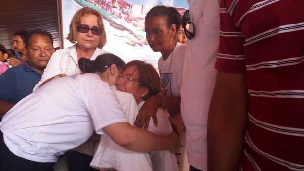 A mãe do pilito, Maria Pinto Murakami, de óculos, sentada, é confortada por familiares