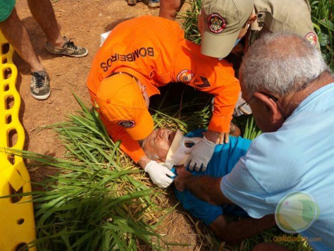 Ancião foi socorrido por homens do Corpo de Bombeiros e levado para o hospital de Brasiléia.