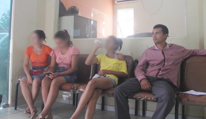 Momento em que os familiares junto com a menor (camisa rosa) foram à delegacia denuncia o vereador nesta quarta, dia 21 - Foto: Alexandre Lima