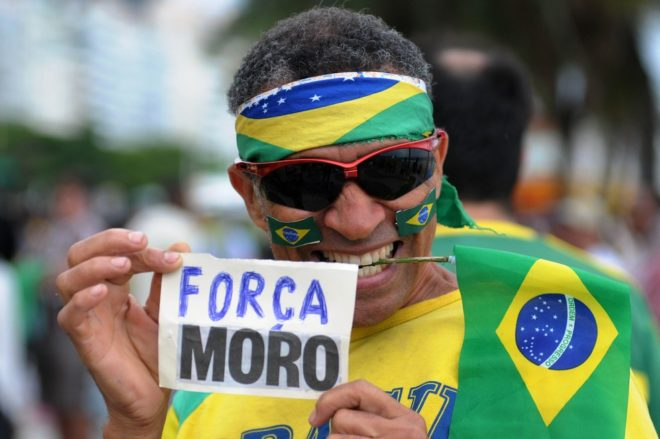 Manifestante declara apoio ao juiz Sérgio Moro (Foto: Alexandre Durão)