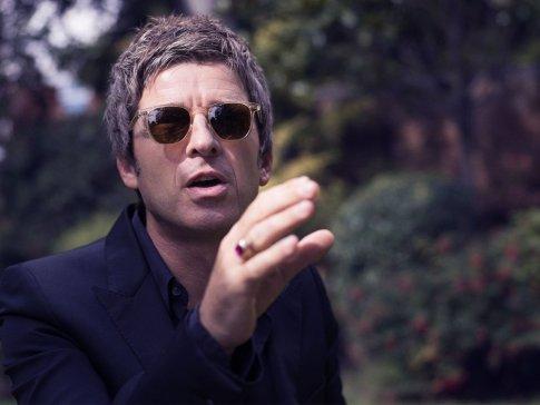 Noel-Gallagher-December-Esquire-3-43
