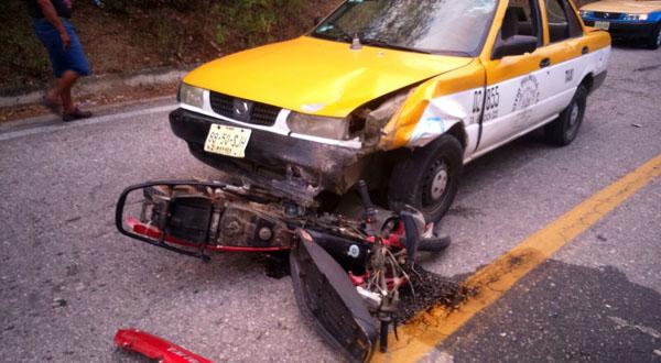 Motociclista grave tras impactarse contra taxi