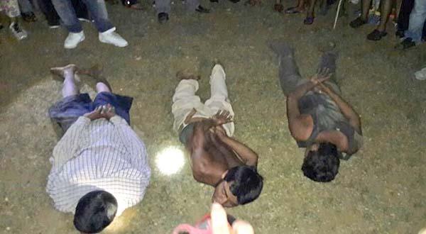 Vecinos someten y amenazan con linchar a tres supuestos ladrones