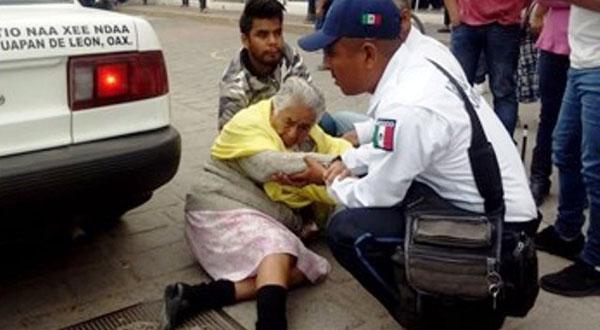 Abuelita es arrollada por un taxi en Huajuapan