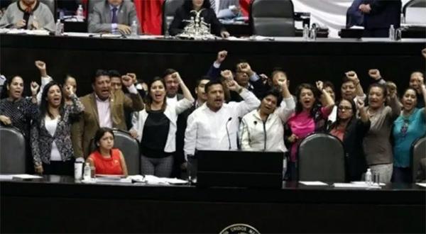 AMLO, S-22 y Morena en el Congreso juegan a los espejos para cancelar la reforma educativa
