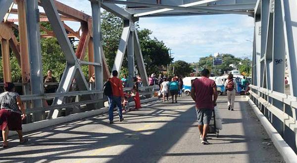 Bloquean el puente de fierro taxistas