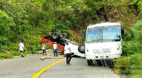 Vuelca camioneta en la costera; no hubo víctimas