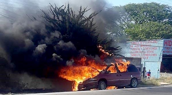 Fuego consume camioneta en Tehuantepec