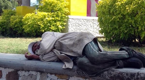 Adultos viven en situación de calle en Salina Cruz