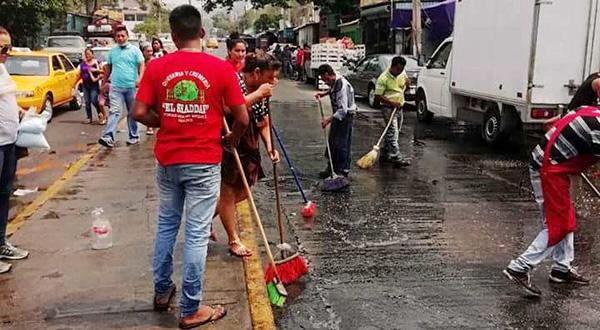Limpian comerciantes las calles céntricas
