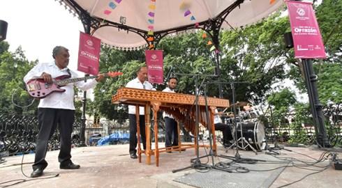 """En el kiosco de Oaxaca, cautivan actividades del programa """"Vive el Centro Histórico"""""""