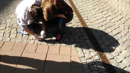 Isabel Jule beim Putzen