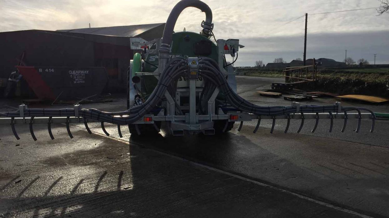 Slurry tanker and dribble bar