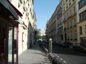 Une rue avec des immeubles