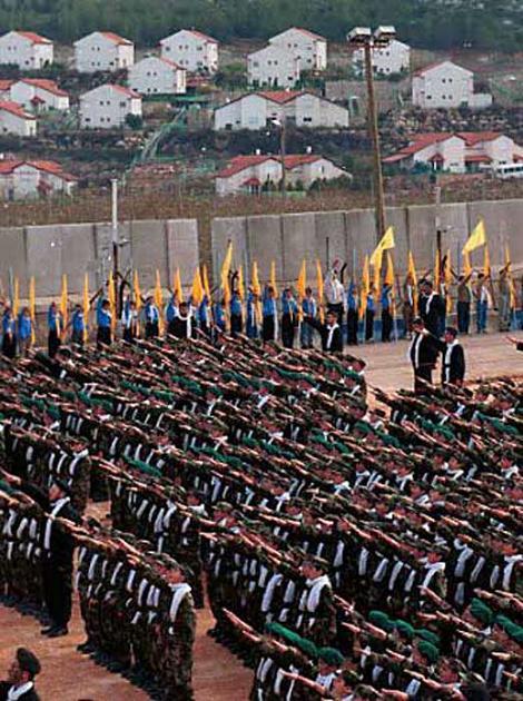 Les extrémistes du Hamas en procession nazie à proximité d'habitations israéliennes
