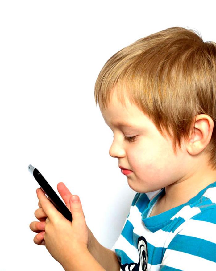 Criança deve usar menos celular, pois representa perigo. Imagem: PublicDomainPictures