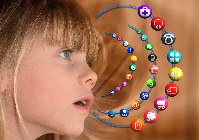 Crianças navegando sem acompanhamento dos pais na Internet. Imagem: Pixabay