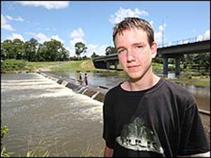 Adolescente australiano sobrevive depois de sugado por um bueiro e jogado em um rio