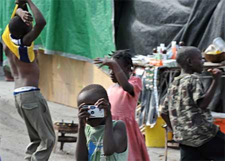 Fotos da miséria do Haiti - eles comem biscoito de barro, água e manteiga