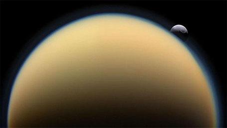 Imagem do grande mar líquido sob a capa de gelo de Titã
