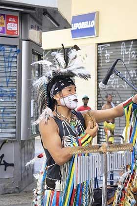 Foto de um artista na Viada Cultural sp
