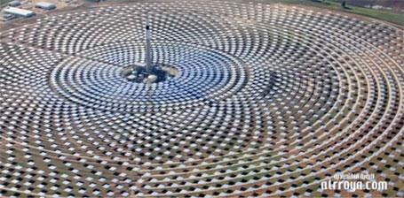Primeira estação de energia solar produzindo eletricidade à noite