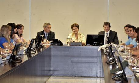 Foto de Dilma Rousseff com estudantes - pauda de reinvindicações