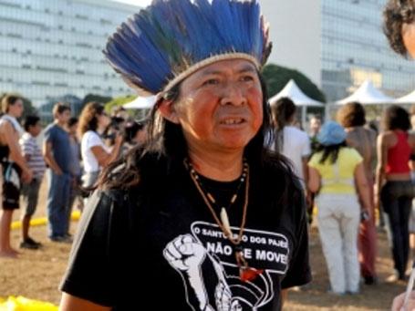foto de índio e manifestantes em frente ao congresso nacional