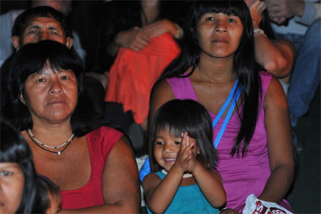 Foto de criança indígena no festival de cinema de Brasília