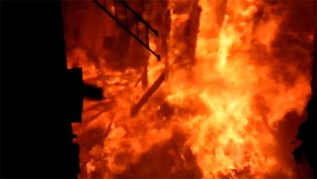 Foto do incêndio destruíndo o teatro Villa-Lobos