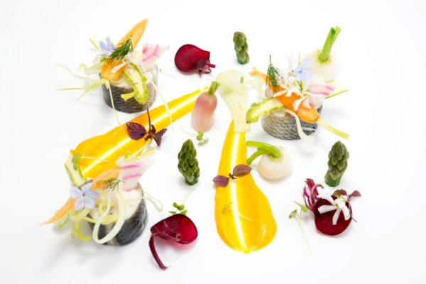 Loup, mousseline de carottes à l'anis étoilé, légumes de printemps crus et cuits